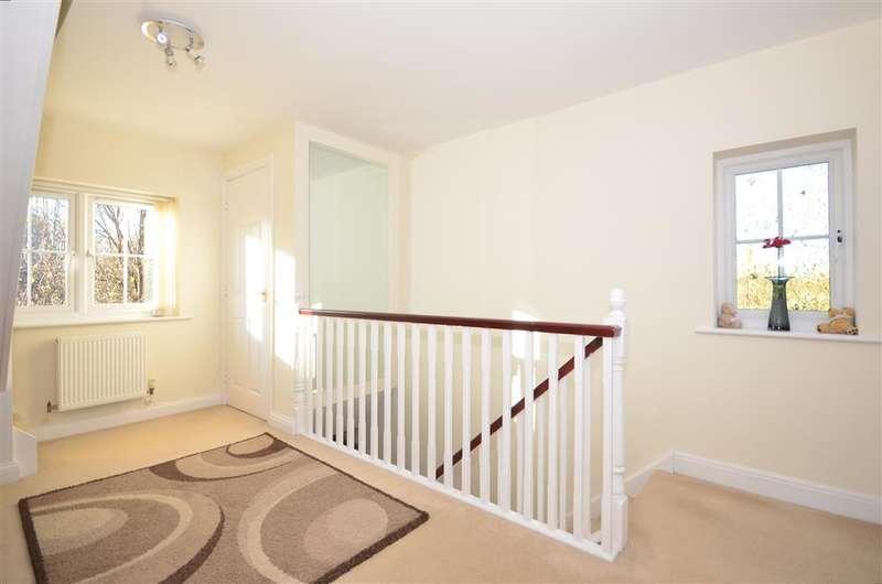 4 Bedrooms Semi Detached House for sale in Morris Drive, Billingshurst, West Sussex