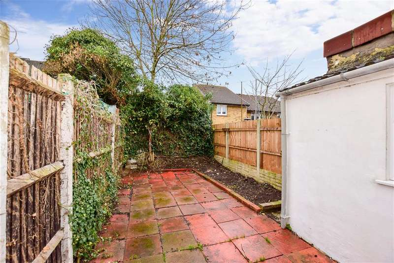 3 Bedrooms Terraced House for sale in Albany Road, Chatham, Kent