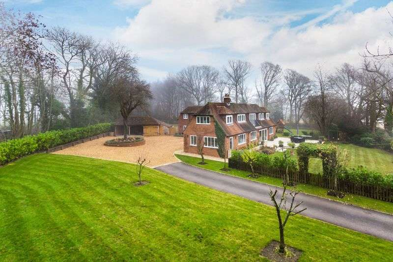 5 Bedrooms Detached House for sale in Dippenhall, Farnham