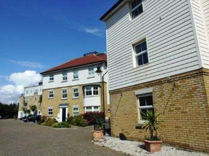 2 Bedrooms Flat for sale in 1 Forge Way, Southend-On-Sea, Essex
