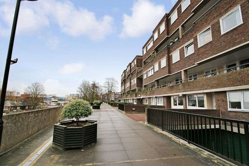 3 Bedrooms Flat for sale in Augustus Close, Brentford, Greater London, TW8