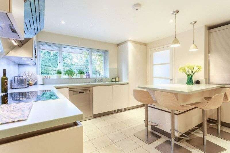 4 Bedrooms House for sale in Northcroft Close, near 'The Green'