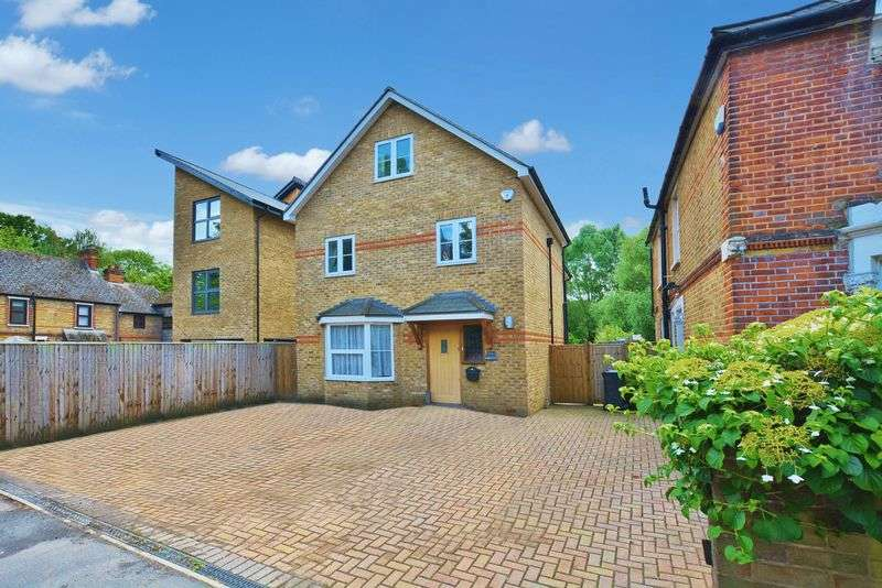 4 Bedrooms Detached House for sale in Loudwater