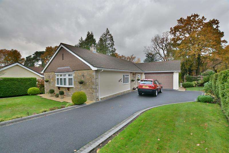 3 Bedrooms Detached Bungalow for sale in Everglades Close, Ferndown