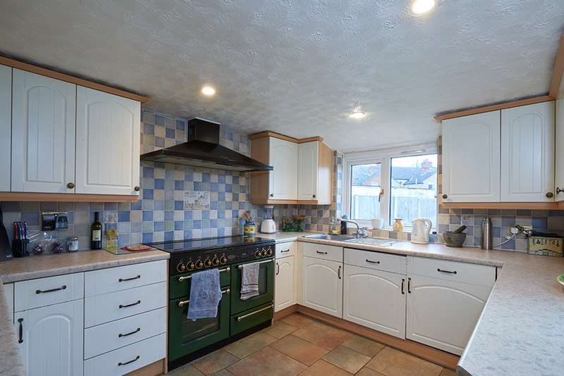 3 Bedrooms Terraced House for sale in Grosvenor Road, Old Town, Swindon, Wiltshire, SN1
