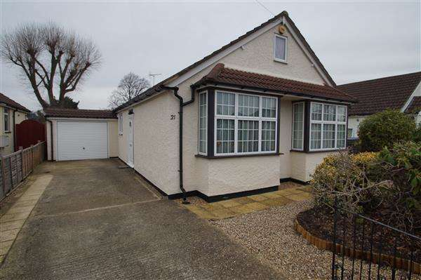 4 Bedrooms Bungalow for sale in Iona Crescent, Cippenham, Slough