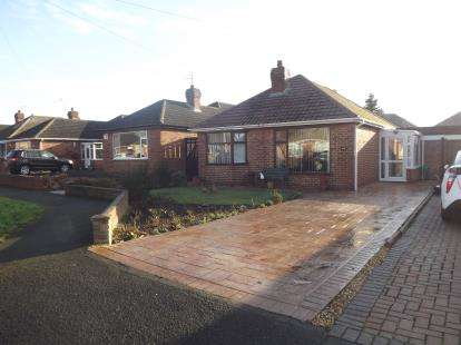 3 Bedrooms Bungalow for sale in Glenmaye Road, Great Sutton, Ellesmere Port, Cheshire, CH66