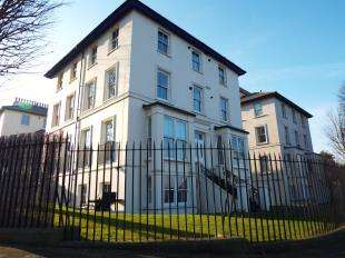 2 Bedrooms Maisonette Flat for sale in Lansdowne Square, Northfleet, Gravesend, Kent
