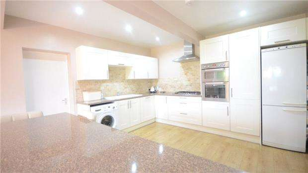 3 Bedrooms Detached Bungalow for sale in Highdown Avenue, Emmer Green, Reading