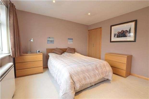 3 Bedrooms Maisonette Flat for sale in Earlsbrook Road, RH1 6DR