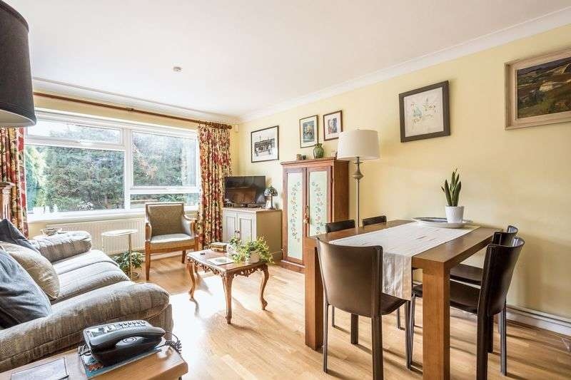 2 Bedrooms Flat for sale in Greenacre Court, Englefield Green