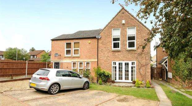 3 Bedrooms Semi Detached House for sale in Wards Stone Park, Forest Park, Bracknell