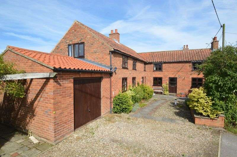3 Bedrooms Detached House for sale in Thorpe Bassett, Near Malton