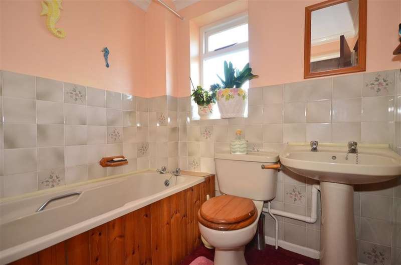 3 Bedrooms Semi Detached House for sale in Sylvan Drive, Newport, Isle of Wight