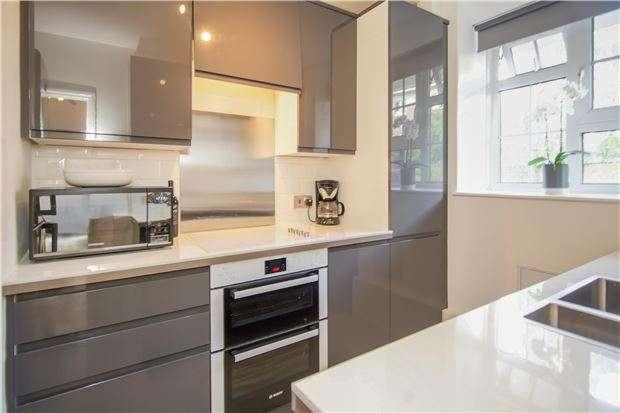 2 Bedrooms Flat for sale in Union Grove, Battersea, LONDON, SW8