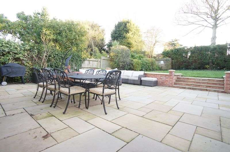 5 Bedrooms Detached House for sale in Sandhurst Road, Sidcup