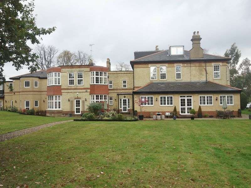 2 Bedrooms Flat for sale in Santers Lane, Potters Bar