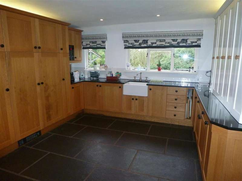 4 Bedrooms Detached House for sale in Flux Lane, Epping, Essex