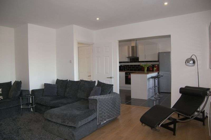 2 Bedrooms Flat for sale in Hare Lane, Claygate