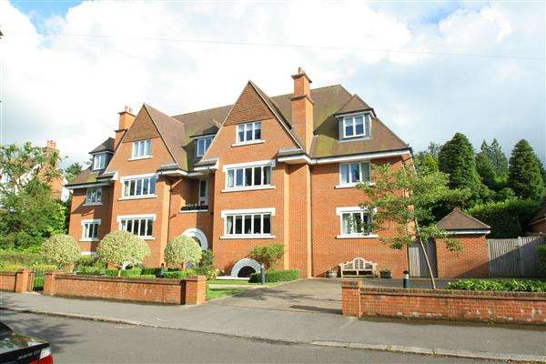 3 Bedrooms Apartment Flat for sale in Augustine Court, Blanford Road, Reigate