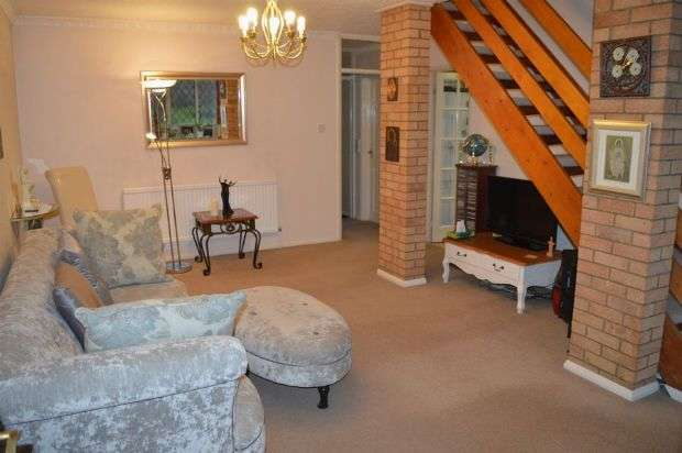 3 Bedrooms Semi Detached House for sale in Kingscroft Court, Great Billing, Northampton NN3 9BH