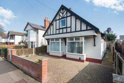 4 Bedrooms Bungalow for sale in Great Yarmouth, Norfolk