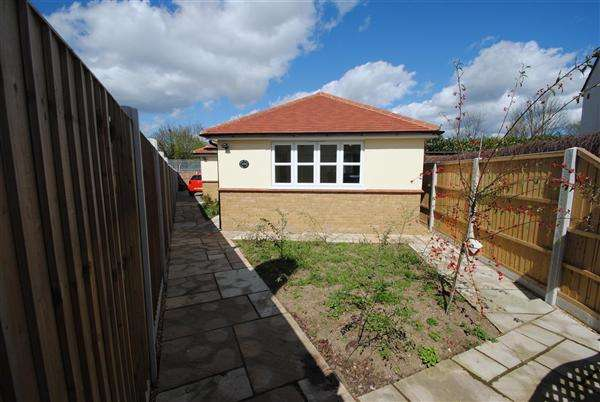 2 Bedrooms Bungalow for sale in Hanover Avenue, Feltham