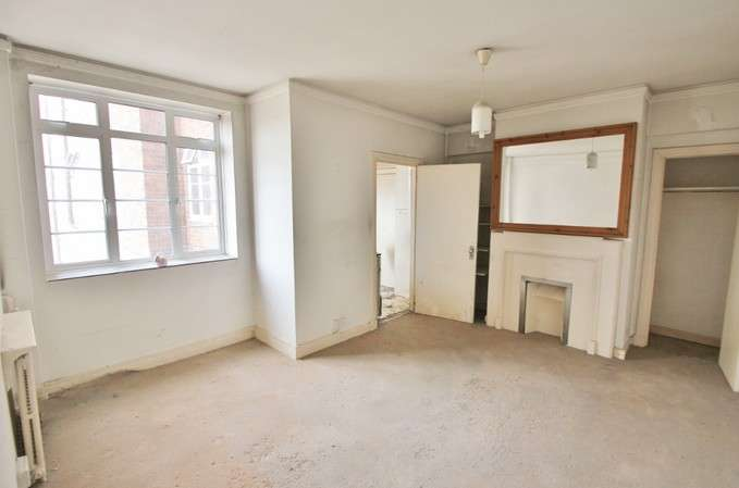1 Bedroom Flat for sale in Latymer Court, Hammersmith Road, London