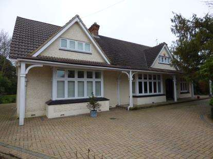 5 Bedrooms Bungalow for sale in Emerson Park, Hornchurch, Essex