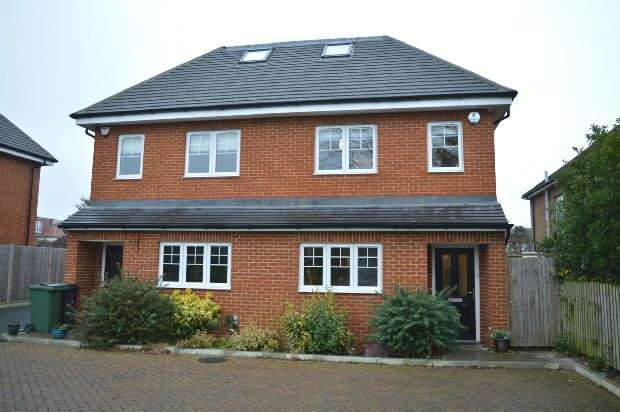 4 Bedrooms Semi Detached House for sale in Oak Tree Close, West Ewell, Epsom