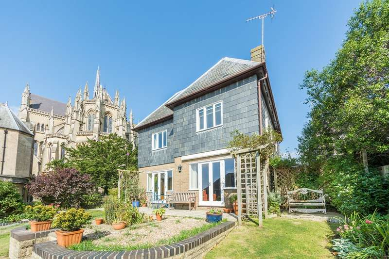 4 Bedrooms Detached House for sale in Tower House Gardens, Arundel