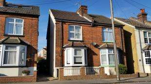 2 Bedrooms Semi Detached House for sale in Frenches Road, Redhill, Surrey