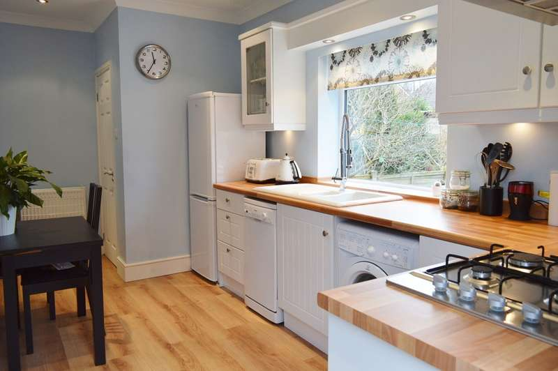 2 Bedrooms Semi Detached House for sale in Spring Avenue, Gildersome