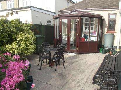 2 Bedrooms Bungalow for sale in Hornchurch, Essex