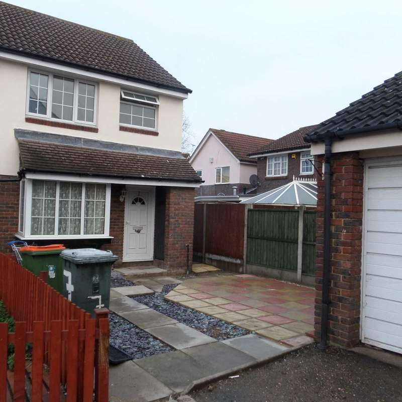 3 Bedrooms Semi Detached House for sale in Vanbrugh Close,E16 3TG