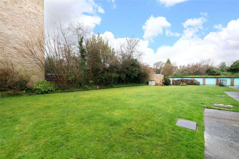 2 Bedrooms Maisonette Flat for sale in Edgecumbe Court, Ashburton Road, Croydon