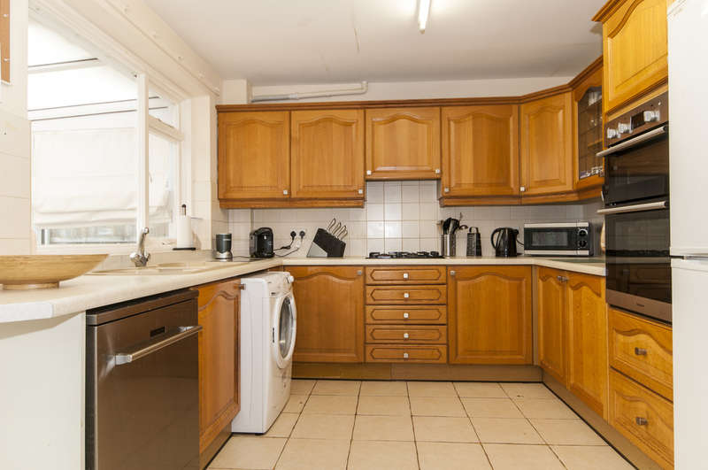 3 Bedrooms Semi Detached House for sale in Hall Farm Close, Castle Donington, Derby