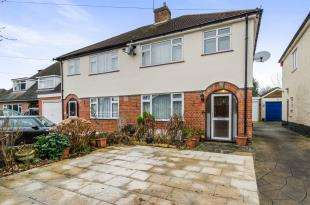 3 Bedrooms Semi Detached House for sale in Gilders Road, Chessington, Surrey