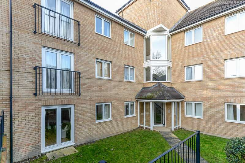2 Bedrooms Ground Flat for sale in Pippin Grove, Royston, SG8