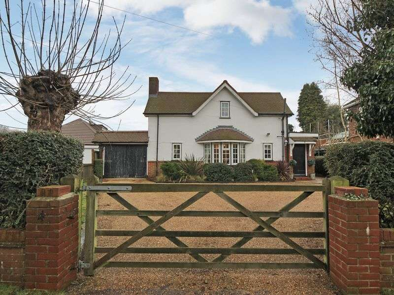 3 Bedrooms Detached House for sale in Woodroyd Avenue, Horley, Surrey