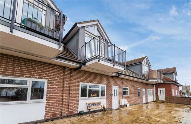 2 Bedrooms Flat for sale in Flat 4, Iver Court, High Street, Iver, Buckinghamshire