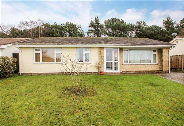 3 Bedrooms Bungalow for sale in Hillside Drive, Christchurch