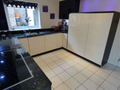 4 Bedrooms Detached House for sale in Hawes Drive, Colne, Lancashire, BB8