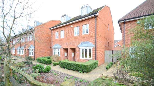 4 Bedrooms Semi Detached House for sale in Skylark Way, Shinfield, Reading