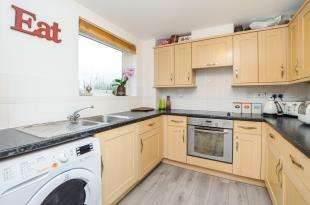 2 Bedrooms Flat for sale in Manning Gardens, Croydon