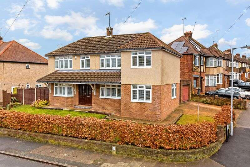4 Bedrooms Detached House for sale in Westbury Gardens, Luton