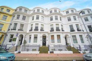 3 Bedrooms Flat for sale in Gresham House, 5-11 Hartington Place, Eastbourne, East Sussex
