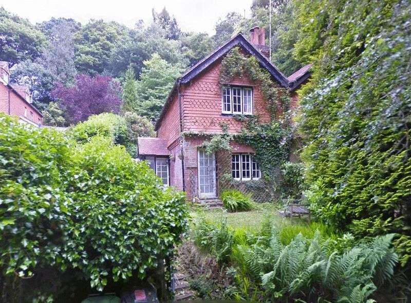 2 Bedrooms Semi Detached House for sale in Stoney Bottom, Grayshott