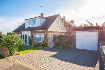 2 Bedrooms Bungalow for sale in Beehive Road, Goffs Oak, Waltham Cross, Hertfordshire
