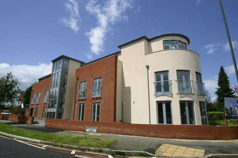 2 Bedrooms Flat for sale in Mitchley Hill, Sanderstead, Surrey
